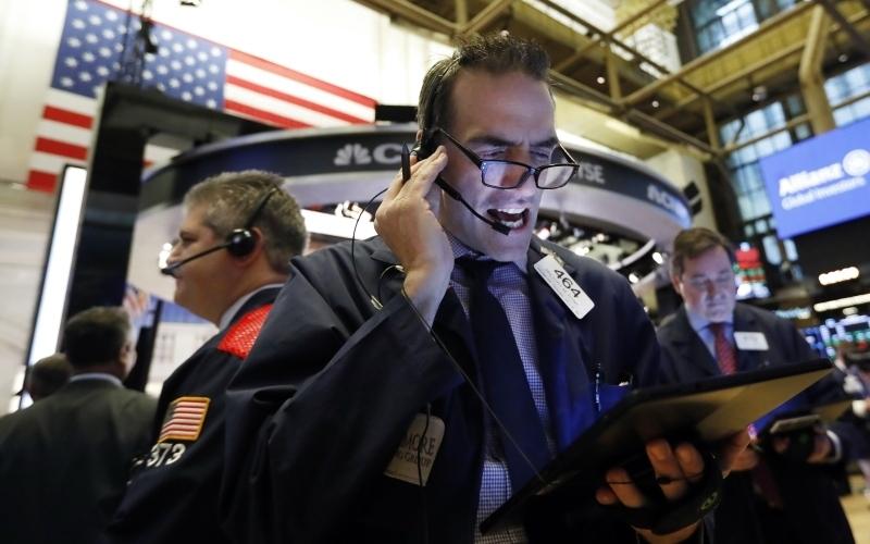 الصورة: الصورة: الأسهم العالمية تتعافى جزئياً من الفيروس