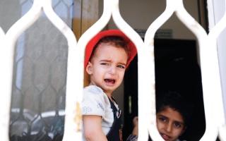 الصورة: الصورة: الحوثيون ينهبون مستودعاً في حجة