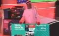 الصورة: الصورة: جد يهدي حفيدته ذات الـ 8 أعوام سيارة نيسان التي فاز بها خلال مهرجان دبي للتسوّق