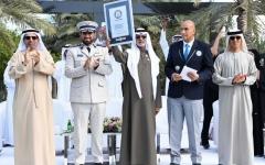 الصورة: الصورة: الإمارات تدخل موسوعة غينيس من خلال أطول سلسلة تصافح بالأيدي في العالم