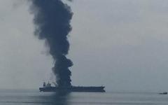 الصورة: الصورة: إنقاذ طاقم باخرة نفط بنمية في الخليج بعد نشوب حريق بها