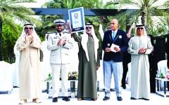 الصورة: الصورة: الإمارات تدخل غينيس بأطول تصافح