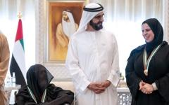 الصورة: الصورة: محمد بن راشد يكرم شيخة النعيمي ويمنحها وسام رئيس الوزراء