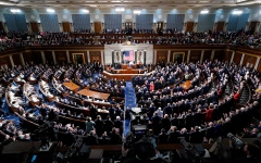 الصورة: الصورة: الكونغرس يصوّت ضد عزل ترامب