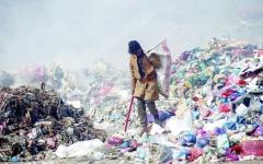 الصورة: الصورة: فتى يمني أوصله الانقلاب إلى مكب النفايات