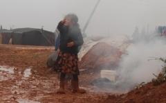 الصورة: الصورة: مصرع عائلة سورية كاملة اختناقاً بريف إدلب