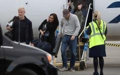 الصورة: الصورة: بالصور.. بعد الميغست.. هاري وميغان على الدرجة الاقتصادية حاملين حقائبهما بنفسهما