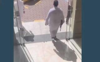 الصورة: الصورة: أربعيني يستعرض  بـ«كلاشنكوف» داخل مطعم في الرياض