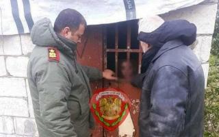 الصورة: الصورة: تحرير طفل سجنه والده وزوجته في حظيرة حيوانات لعدة أشهر