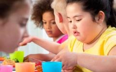 الصورة: الصورة: التوعية بالأنماط الغذائية تسهم في الحد من بدانة الأطفال
