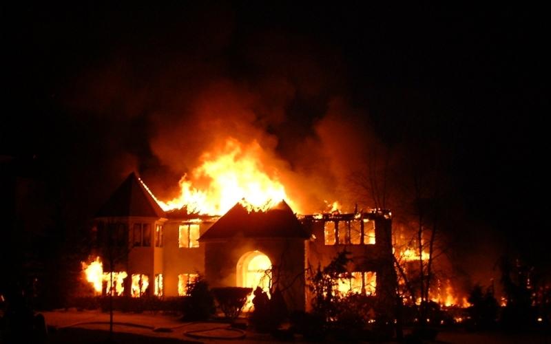 الصورة: الصورة: بعد أن سرقه وأشعل النار في منزله.. صبي يقتل والده خنقاً