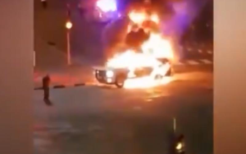 الصورة: الصورة: شاهد : كويتي يشعل النار في دورية أمنية أثناء احتجازه داخلها