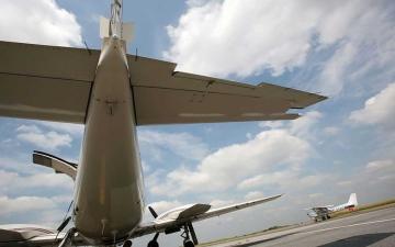 الصورة: الصورة: يسرق طائرة ليموت بها في حقل