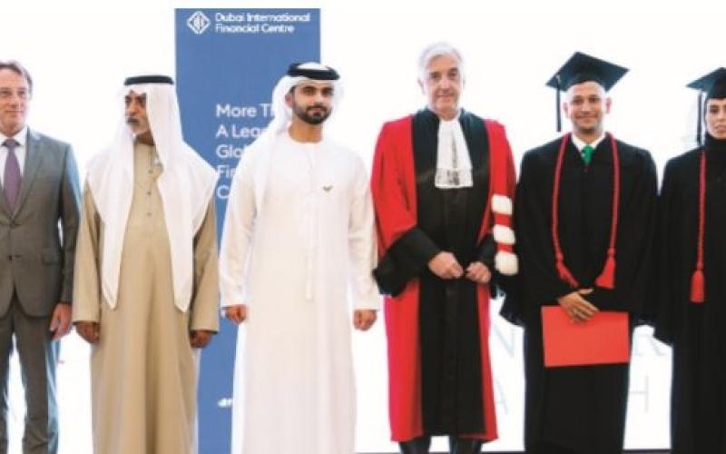الصورة: الصورة: منصور بن محمد يكرّم خريجي «ماجستير القيادة التنفيذية» من «دبي المالي العالمي»