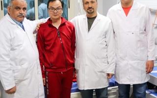 الصورة: الصورة: أول صورة للصيني المصاب بكورونا في مصر بعد شفائه