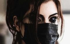 الصورة: الصورة: الهوس بمغني راب يفقد عارضة أزياء بصرها
