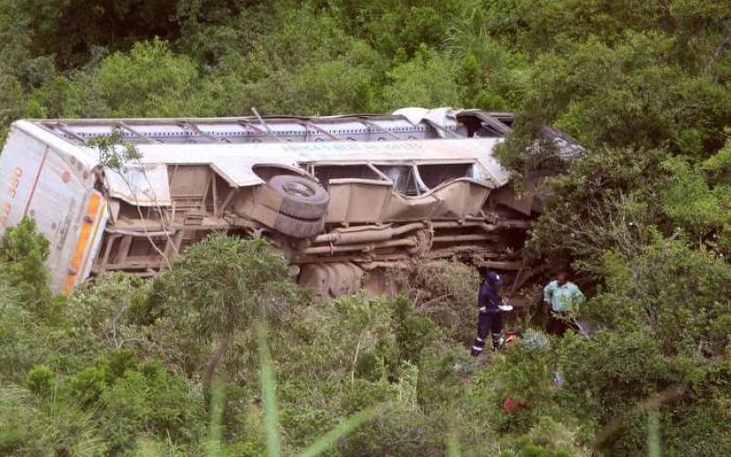 الصورة: الصورة: مقتل 25 شخصاً في انقلاب حافلة مروع