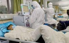 الصورة: الصورة: طبيب مصاب بكورونا يعالج عشرات المرضى