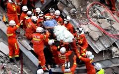 """الصورة: الصورة: شاهد.. عملية إنقاذ رجل حوصر تحت أنقاض """"فندق كورونا"""" لمدة 68 ساعة"""