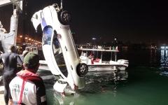 الصورة: الصورة: بالفيديو.. شرطة دبي تنتشل سيارة آسيوي سقطت في مياه الخور