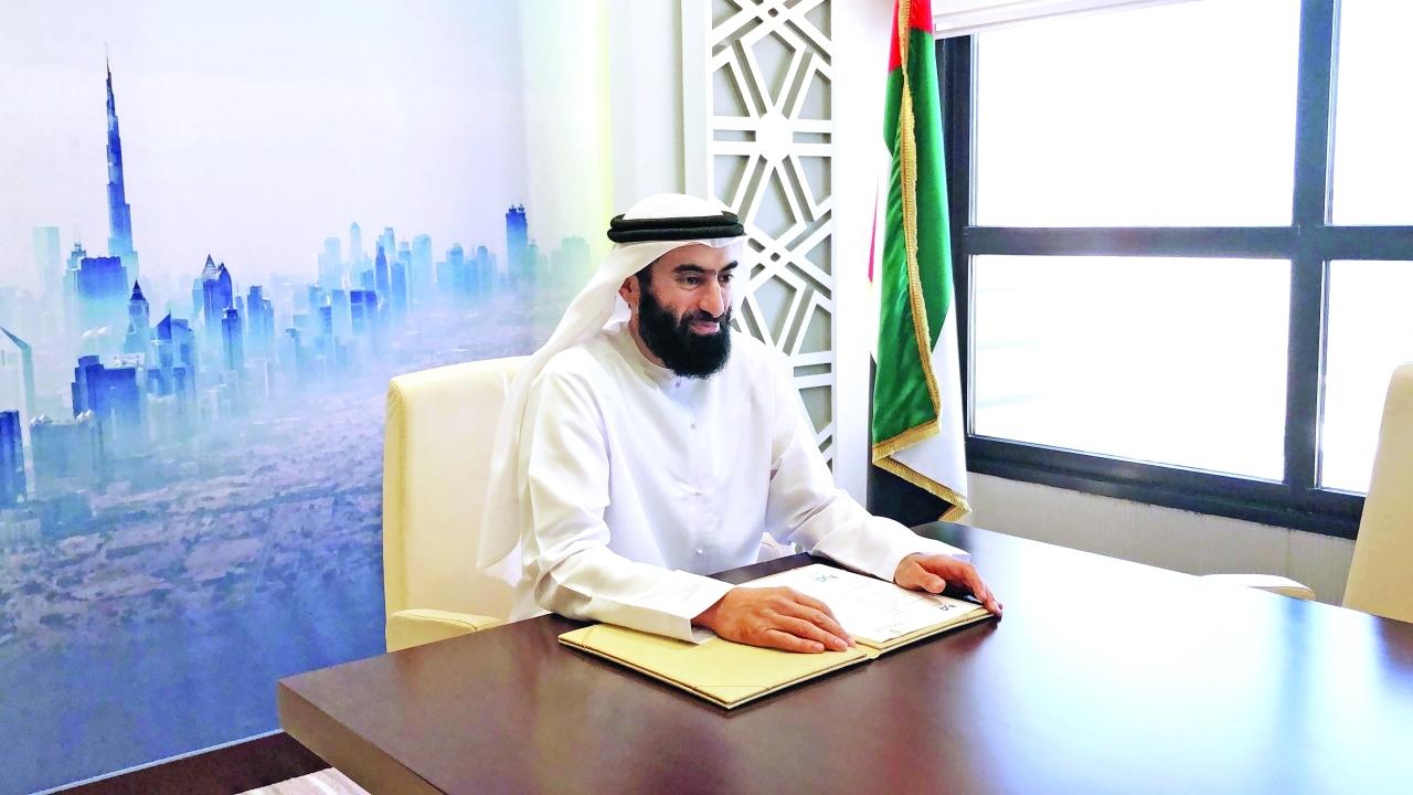 الصورة : عبدالله الفلاسي خلال التوقيع