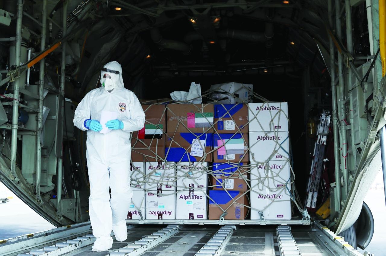 الصورة : جانب من عملية تجهيز المساعدات وام