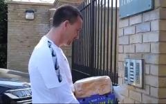 الصورة: الصورة: بالفيديو.. جون تيري يقوم بتوصيل المواد الغذائية إلى المحتاجين