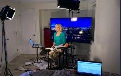 الصورة: الصورة: مذيعة أمريكية تقدم نشرة الأخبار من غرفة نومها