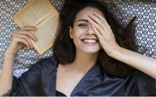 """الصورة: الصورة: """"الكتب المضحكة"""" صديقة نزلاء المنازل في عهد الفيروس"""