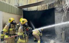 الصورة: الصورة: إخماد حريق بمصنع للمواد اللاصقة في صناعية عجمان