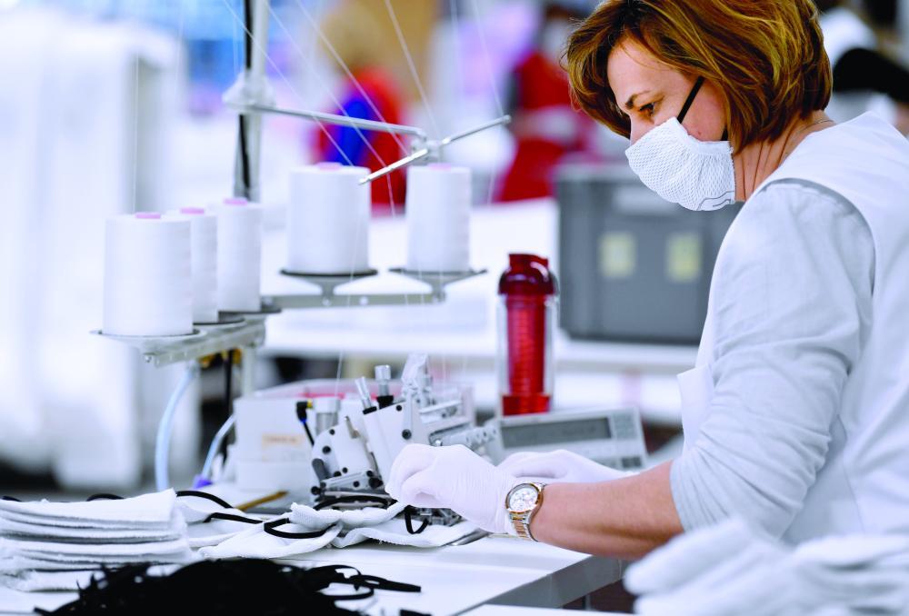 الصورة : أحد مصانع المراتب في النمسا تصنّع أقنعة واقية تجاوباً مع الطلب الكبير أ.ف.ب