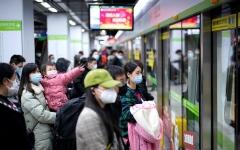 الصورة: الصورة: رفع اجراءات الإغلاق في ووهان والآلاف يتدفقون الى محطة القطارات للمغادرة