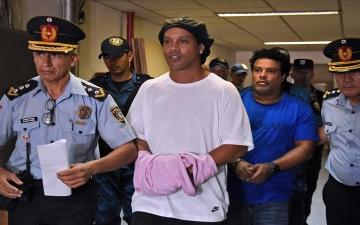 الصورة: الصورة: رونالدينيو يغادر السجن
