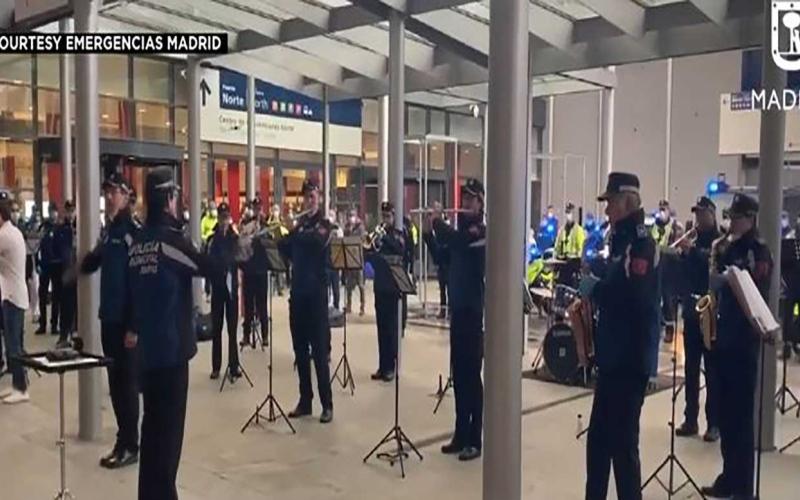 الصورة: الصورة: شاهد.. عزف موسيقي شرطي لأطباء ومرضى كورونا في مستشفى بمدريد