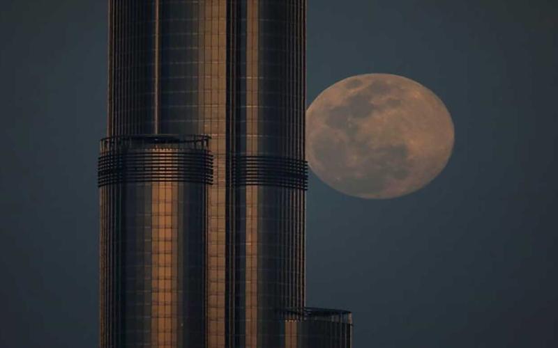 الصورة: الصورة: شاهد.. القمر الوردي العملاق في جميع أنحاء العالم