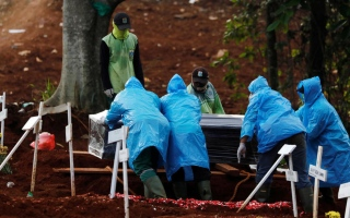 الصورة: الصورة: إندونيسيا تسجل أعلى زيادة يومية في حالات الوفاة بكورونا