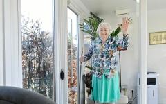 الصورة: الصورة: عجوز عمرها 107 أعوام أكبر ناجية في العالم من كورونا