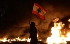الصورة: الصورة: لبنانيون يغلقون طرقاً رئيسية بالبلاد احتجاجاً على الأزمة الاقتصادية