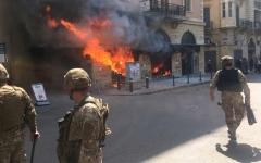 الصورة: الصورة: لبنان يشتعل.. قتيل وشغب وحرق مصارف