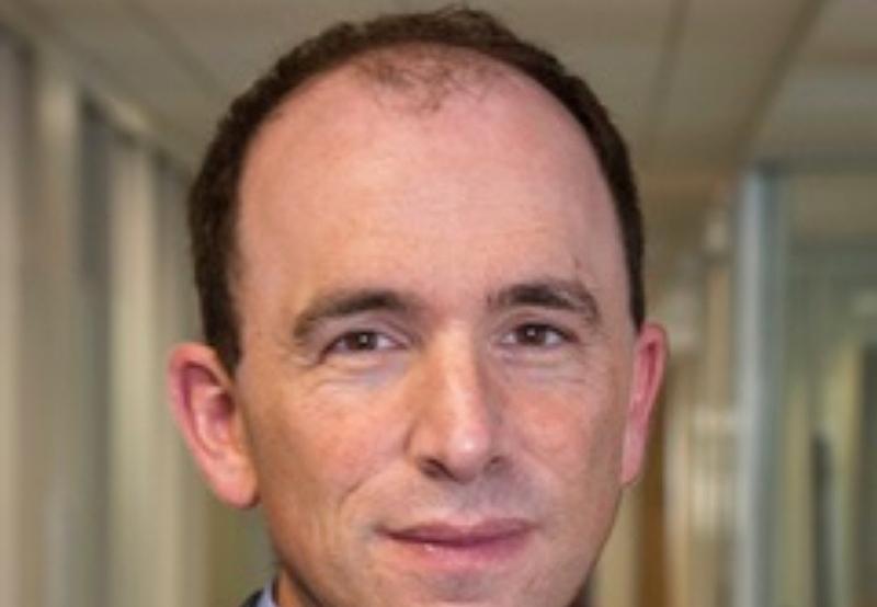 الصورة : أ. اولكين - أستاذ الاقتصاد في معهد ماساتشوستس للتكنولوجيا، ومدير مختبر عبد اللطيف جميل لمكافحة الفقر في معهد ماساتشوستس للتكنولوجيا