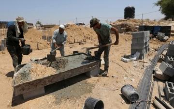 الصورة: الصورة: عمال غزة.. رحلة شقاء يومية بحثاً عن لقمة العيش