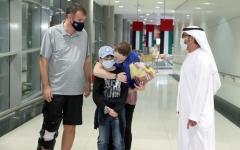 الصورة: الصورة: الإمارات تلم شمل أسرة أسترالية بعد شهرين من الفراق