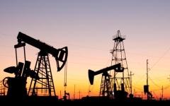 الصورة: الصورة: تدابير رفع العزل تُعيد النفط فوق 30 دولاراً