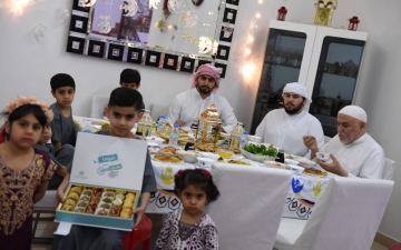 الصورة: الصورة: موائد الأسر الإماراتية في رمضان بنكهات المحبة والرحمة