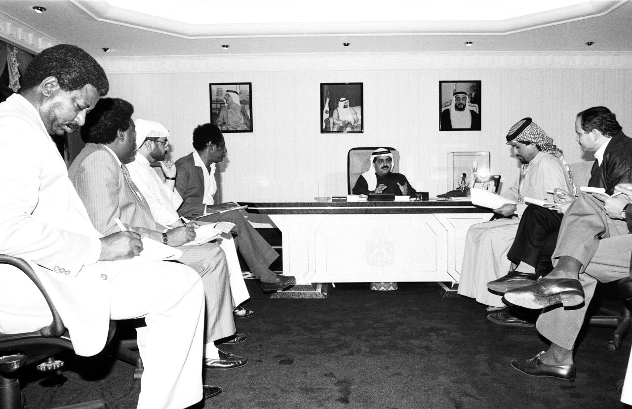 الصورة : عبدالله إبراهيم ومحمد الجوكر وكمال طه وتاج السر أبو سوار في لقاء مع فيصل بن خالد القاسمي | أرشيفية
