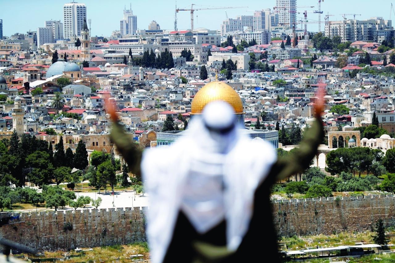 الصورة : فلسطيني في القدس المحتلة متضرعاً إلى الله | رويتزر