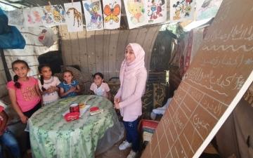 الصورة: الصورة: فجر.. تلميذة حوّلها «كورونا» إلى مُعلّمة!