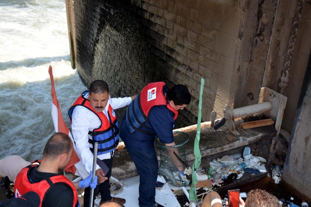 الصورة : تنظيف الشواطئ النيلية بالقناطر الخيرية