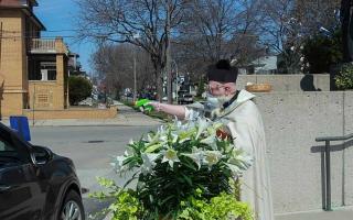 """الصورة: الصورة: قس يستعمل مسدساً لفرض """"التباعد الاجتماعي"""""""