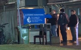 الصورة: الصورة: وفاة طفل بعدما علق بصندوق للتبرع بالملابس